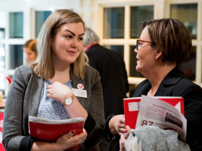 Landsmøtedelegater snakker sammen. Foto
