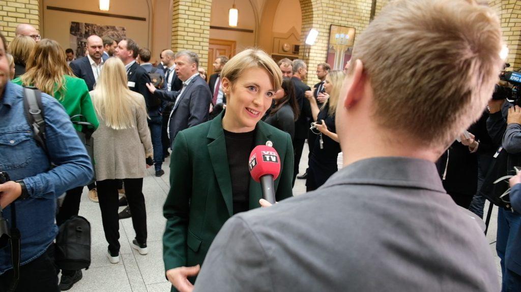 Kari Elisabeth Kaski snakker med journalist. Foto